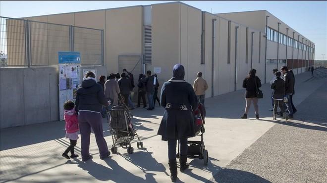 Un grupo de padres va a recoger a sus hijos al colegio Aldric de Cass�