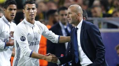 Cristiano Ronaldo saluda a Zidane tras el primer gol del Madrid.