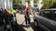 El preu dels carburants torna a baixar en ple agost