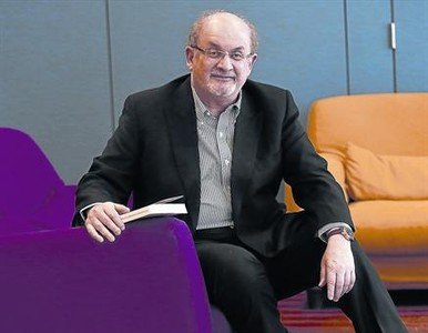 El escritor Salman Rushdie, ayer, en un c�ntrico hotel de Madrid.