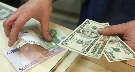 Euros y d�lares en las manos.