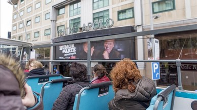 El autobústurístico, frente al Teatro Apolo,en su recorrido porla Barcelona teatral con motivo del Dia Mundiall del Teatro, celebrado el lunes 27 de marzo.