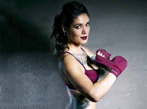 La tatuadora de boxeadores Caroli Dilli, en 'Interviú'