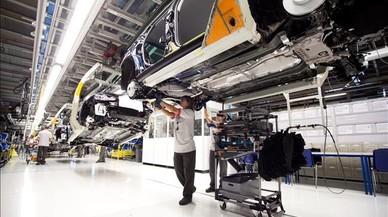 Trabajadores en la línea de montaje de la fábrica de Seat en Martorell.