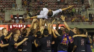 Gerard López, el técnico del Barça B, manteado por sus jugadores.