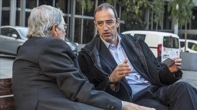 Antoni Vives charla con Xavier Trias en la plaza de Sant Miquel.