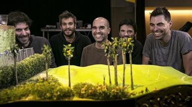 Los 'serranos' Ferran Dordal, Vicenç Viaplana, Àlex Serrano, David Muñiz y Pau Palacios, junto a la maqueta del campo de golf coprotagonista de 'Birdie'.