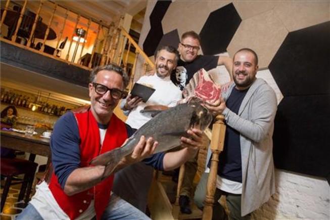 Maurizio de Vei, el cocinero Marco Filipponi, Pablo Rodríguez y Alfredo Rodolfi con los productos que sirven en Bacaro. Foto: Ferran Nadeu