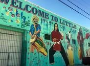 """Un mural da la bienvenida al barrio """"Peque�aHait�"""" de Miami."""