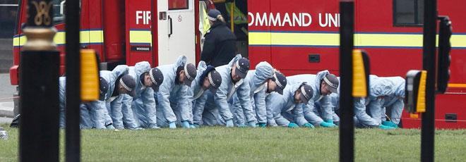 Policías buscan pruebas en el lugar del atentado.