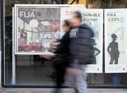 Promoci�n de hipotecas en una oficina bancaria de Barcelona.