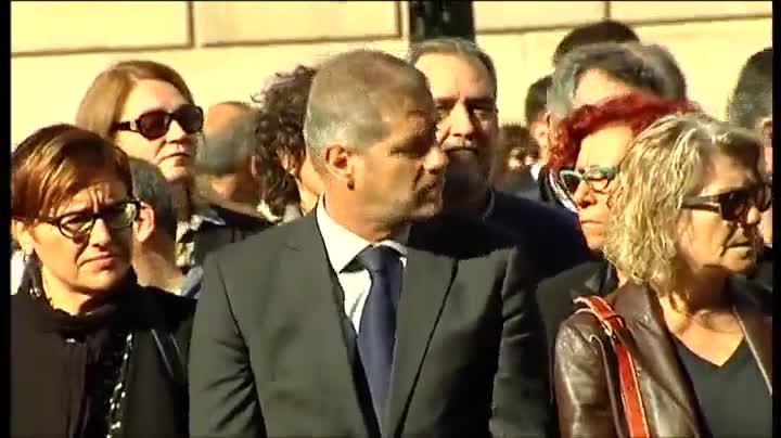 Todos los grupos políticos de Ayuntamiento y del Parlament guardan un minuto de silencio en la Plaza Sant Jaume.