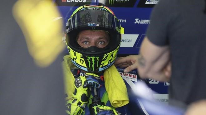 Valentino Rossi descansa en su box de Malasia.