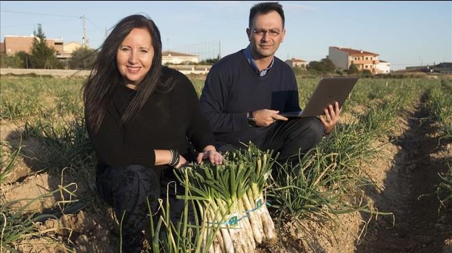 Vega y Pascual, de Calsots.com, en una finca del Baix Penedes.