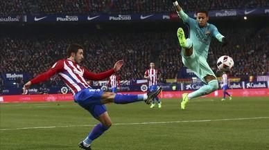 Vrsaljko y Neymar disputan un balón en el encuentro de semfinales de Copa entre Atlético y Barcelona.