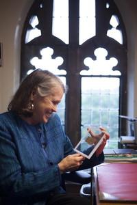 La profesora Karen L. King, de la Harvard Divinity School, en Massachusetts, con el fragmento de papiro.
