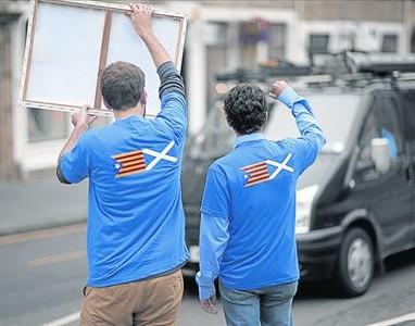 Dos independentistas catalanes, animando al 's�', ayer, en Edimburgo.