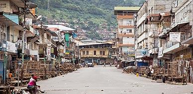 Una calle de Freetown (Sierra Leona), este domingo durante el toque de queda decretado para evitar el contagio del �bola.