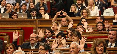 David Fern�ndez se mofa de la abstenci�n del PP en el Parlament haciendo el s�mbolo feminista