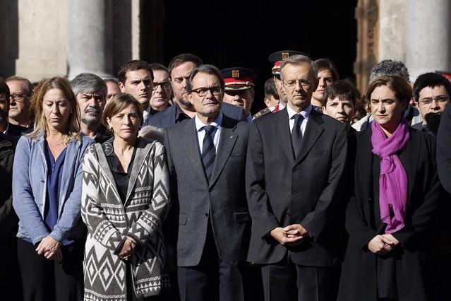 Munté, Forcadell, Junqueras, Rivera, Mas y Colau, entre otras autoridades, este sábado, en el minuto de silencio de la plaza de Sant Jaume.