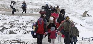 Familias de refugiados tras cruzar la frontera de Macedonia.