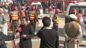 Fuerzas de seguridad en el exterior de la universidad Bacha Khan, asaltada esta mañana por cuatro terroristas.