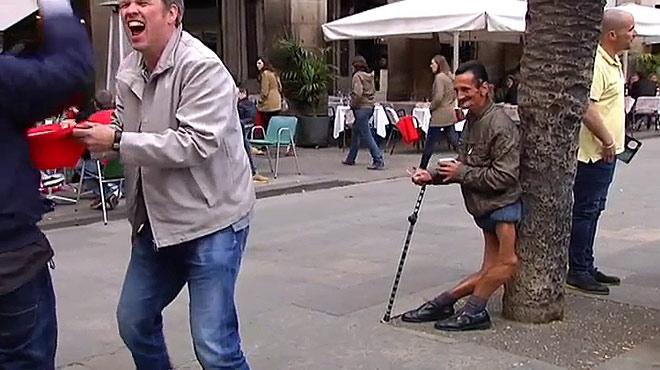 Hooligans del Arsenal se mofan de los mendigos