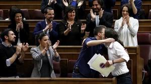 Iglesias y Errejón se abrazan tras el primer discurso del líder en el Congreso.