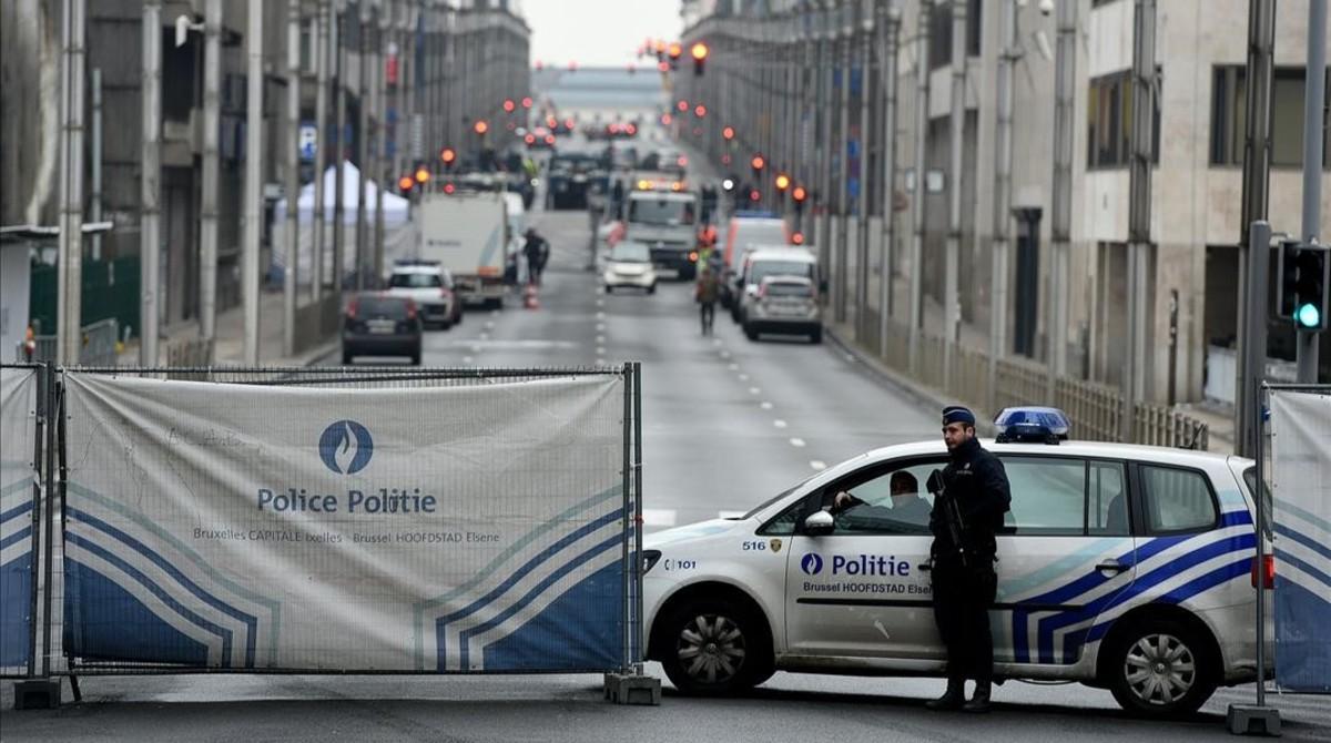 La policía mantiene cortada la calle que conduce al edificio de la Unión Europea, este miércoles en Bruselas.