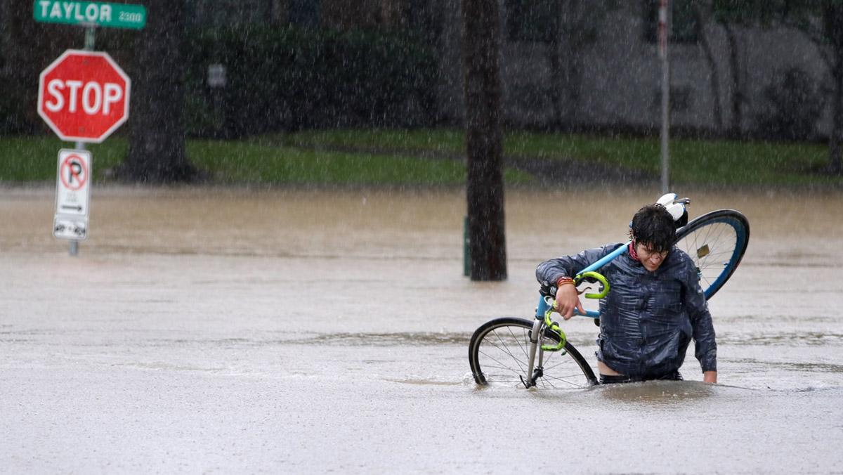 La tempesta Harvey compleix la seva amenaça destructiva