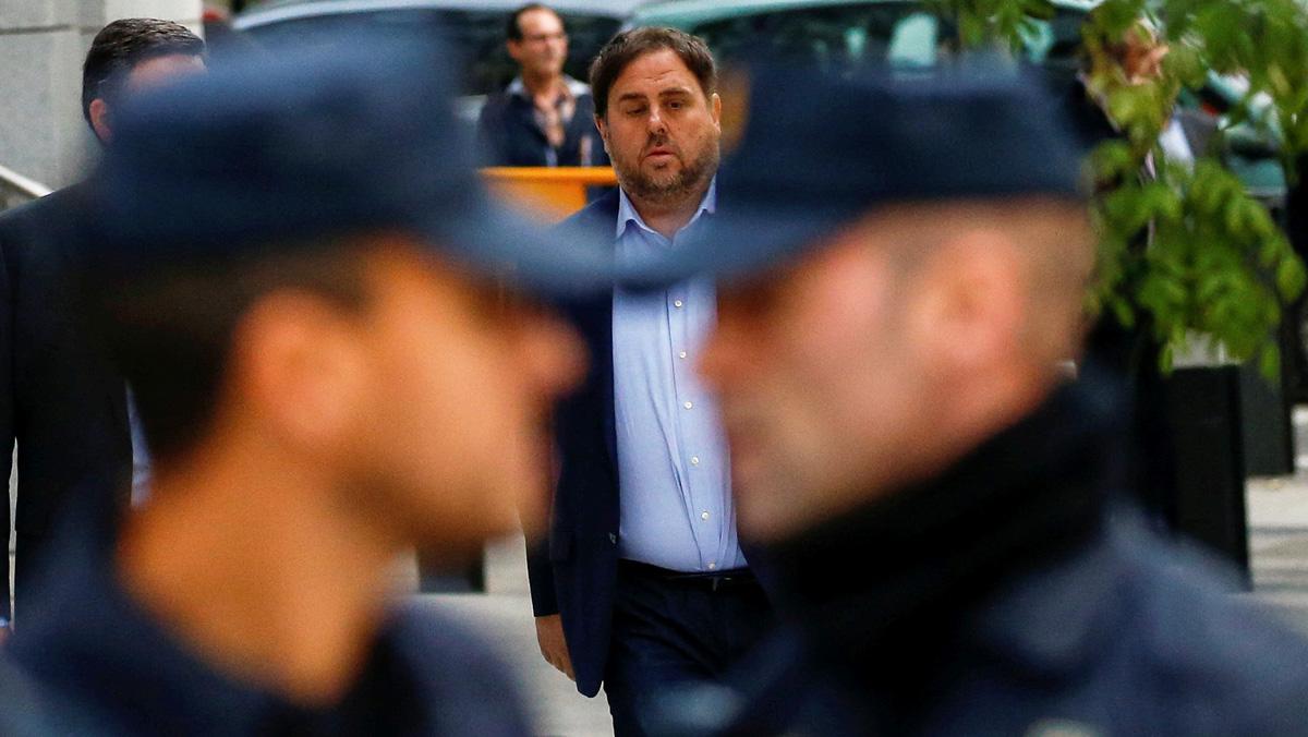 Tres policies riuen de Junqueras