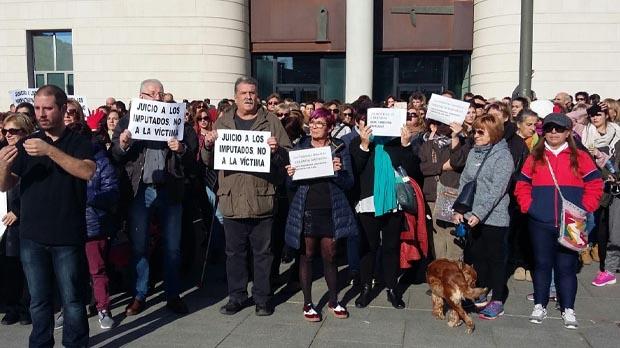 Concentración ante el Palacio de Justicia obliga a parar declaración acusados violación