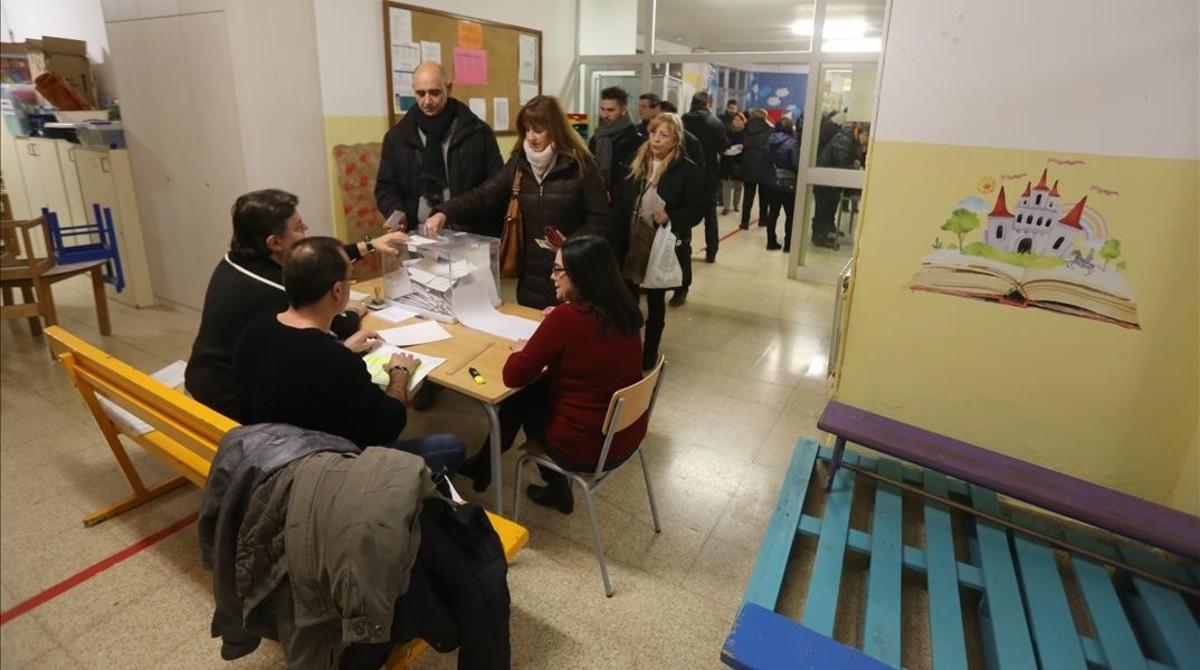 Ambiente electoral en el colegio Josep Boada de Badalona.