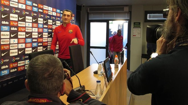 Valverde se dispone a iniciar la rueda de prensa previa al Espanyol-Barça.
