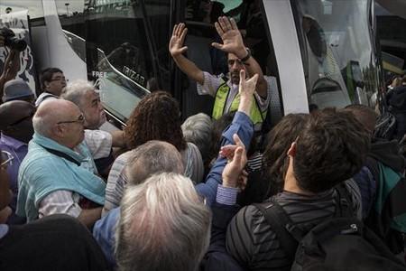 Aglomeraci�n en Sants para coger un autob�s del servicio alternativo.
