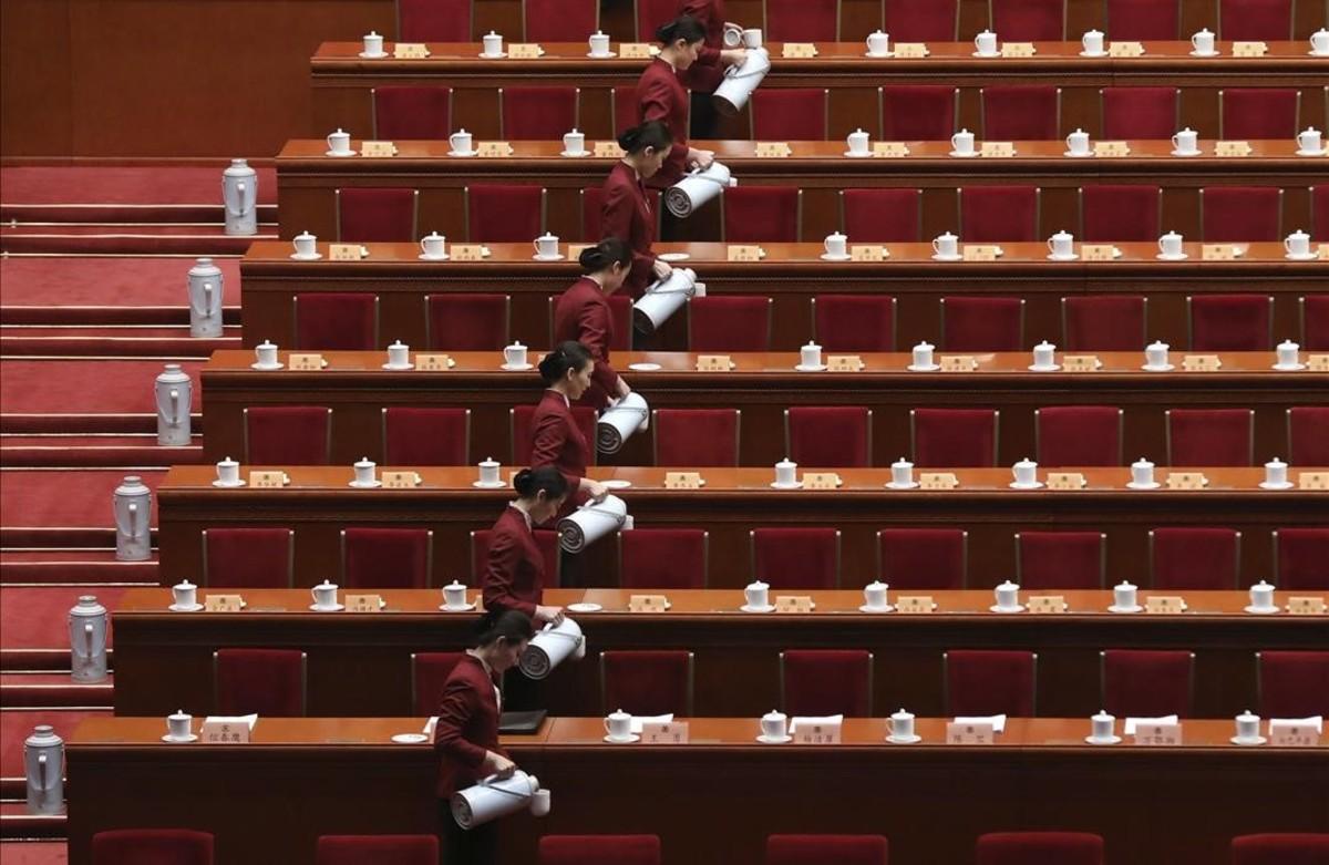 Azafatas preparan eltédurante la inauguración delComite Nacional de la Conferencia Consultiva Politica del Pueblo Chino en el Gran Salón del Pueblo en Pekin,China.