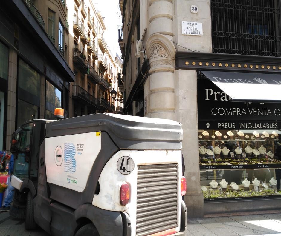 Un cotxe de la neteja, al centre de Barcelona en plena diada de Sant Jordi