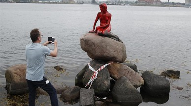 La estatua de la'sirenita'de Copenhage, Dinamarca,manchada con pintura roja en protesta por la caza de ballenas en las Islas Feroe.