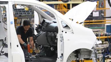 Un trabajador, en una cadena de montaje de una empresa del autom�vil.