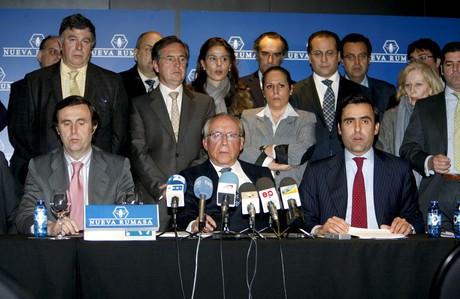 José María Ruiz Mateos (centro), con alguno de sus hijos y parte del personal de sus empresas, durante la rueda de prensa en la que explicó los problemas de Nueva Rumasa.