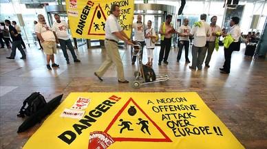 Manifestaci�n en el aeropuerto de El Prat contra una directiva europea para alargar la jornada laboral, en el 2008.