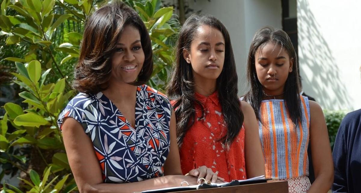 Michelle Obama junto a sus hijas Malia (en el centro) y Sasha.