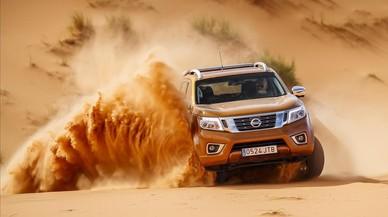 El Nissan Navara haciendo surf en el desierto