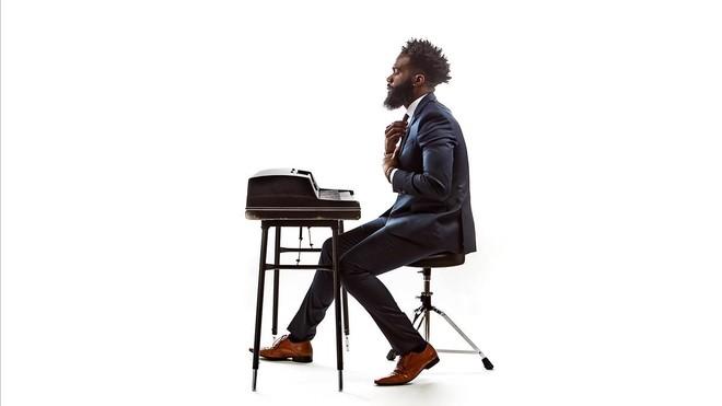 Aaron Abernathy, voz y piano que espolean almas (y conciencias)