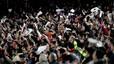 Pañolada. La grada del Camp Nou muestra su disconformidad con el árbitro en el clásico disputado el 10 de marzo del 2007.