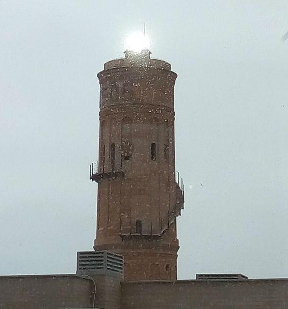 Un reflejo sobre la antigua torre de las aguas del Bes�s
