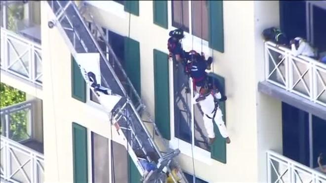 El andamio donde se encontraba se derrumbó y quedó suspendido en el aire gracias a su sistema de seguridad.