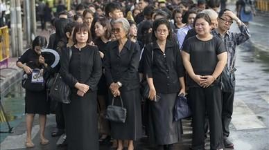 Millones de tailandeses vestidos de negro lloran al rey