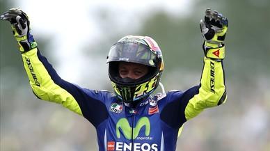 Valentino Rossi levanta los brazos durante la vuelta de honor del GP de Holanda.