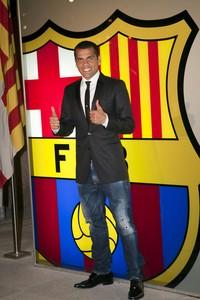 Dani Alvestras haber renovado el contrato con el Barça.